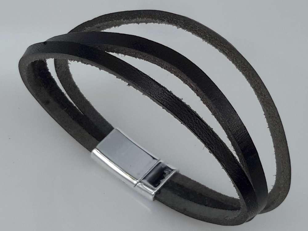Stoere smalle leren trio zwart 22-23 cm armband met magneet sluiting.