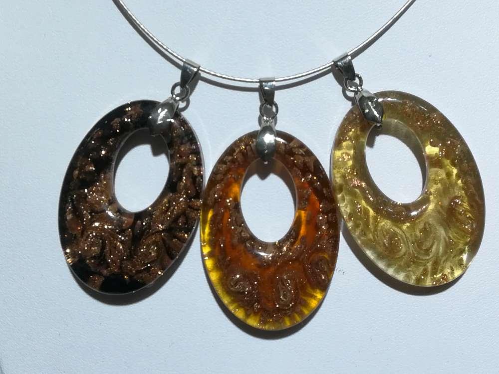 Hanger: ovale met goudkleurige murano in kleur zwart, geel, licht bruin.