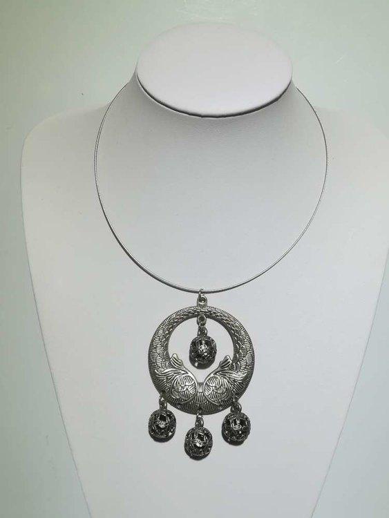Tibetaanse hanger: metaal, rond met bladmotief, 4 bolletjes