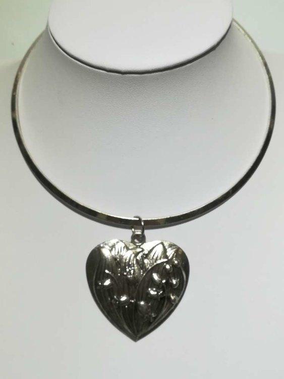 Hanger: metaal, hart met papaverblaadjes en bloemknopjes