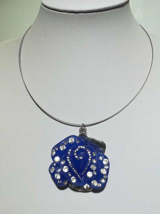 Hanger: metaal, glas, bloemknop in reliëf met strass, blauw