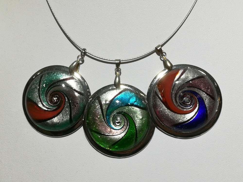 Hanger: murano, rond met zilverkleur rand. 3 kleur verkrijgbaar.