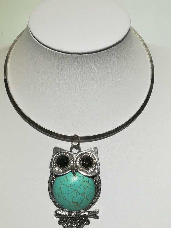 Hanger: uil op stok zwarte ogen en turquoise Howliet steen buik.