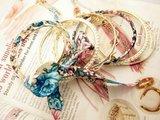 Armband, 7 dichte ringen goudkleur, parelmoer, stof in bloemenprint, 5_