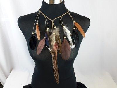 ketting / haarband, gevlochten elastiek, bruin, veren