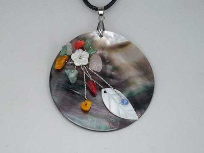 Hanger: Abalone schelp met edelsteentjes.