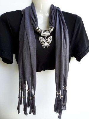 Sjaal met franjes en zilverkleurige hanger: vlinder, in 6 kleuren