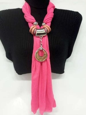 Sjaal met murano glashanger, kleur Telemagenta