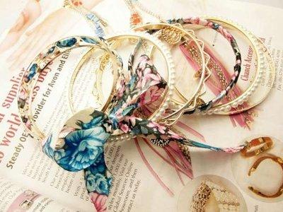 Armband, 7 dichte ringen goudkleur, parelmoer, stof in bloemenprint, 5