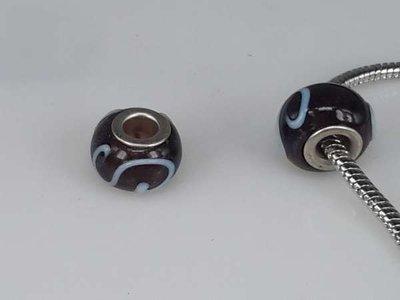 Bedeltje: pandora style murano, paarsbruin met lichblauw en zilver