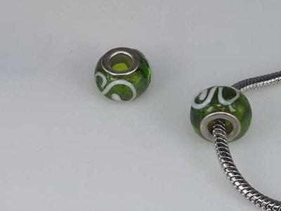 Bedeltje: pandora style murano, groen, witte krul, zilver, per 6