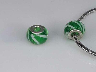 Bedeltje: pandora style murano, groen, witte strepen, zilver, per 6
