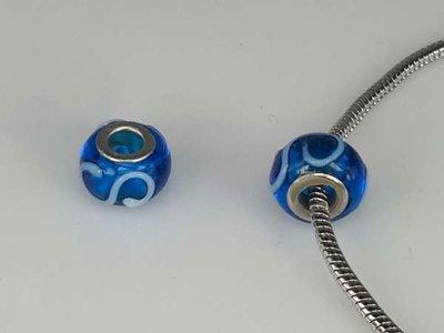 Bedeltje: pandora style murano, blauw met wit en zilver