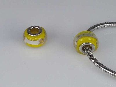 Bedeltje: pandora style murano, geel, zilverkleurige streep, per 6