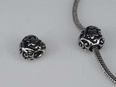 Zilverkleurige pandora style bedel: hartje met sterretje, krullen, zwarte lijnen