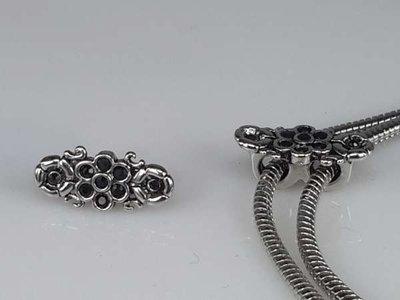 Zilverkleurige pandora style bedel: bloemetje, 2 roosjes met zwarte steentjes, per 5