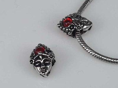 Zilverkleurige pandora style bedel: buddhahoofdje met rood shakra bolletje