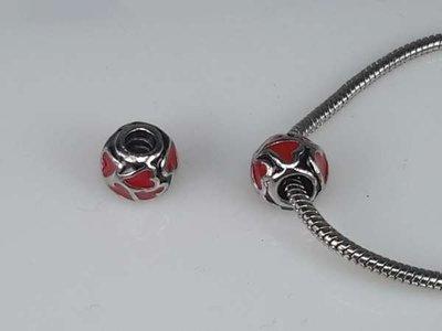Zilverkleurige pandora style bedel: rond met rode hartjes met zilverkleurige rand, per 5