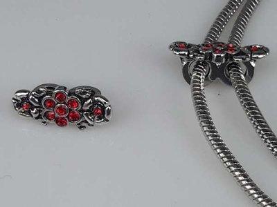 Zilverkleurige pandora style bedel: bloem en 2 roosjes met rode steentjes