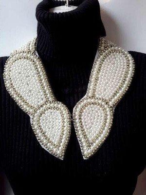 Halskraagketting, wit, parelmoer kralen, zilverkleurige kralen, haaksluiting voorkant