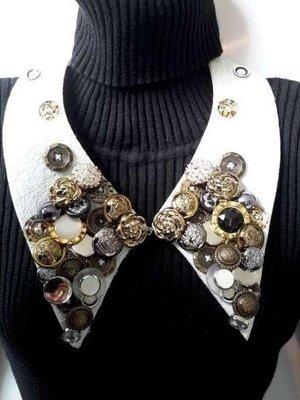 Halskraagketting, wit, fijn gehaakte rand, diverse knopen, haaksluiting voorkant