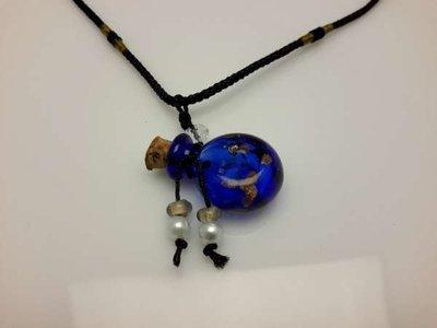 Touwketting, zwart, hanger: paarsblauw muranoflesje, facetkraal en diverse kralen