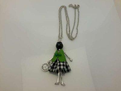 Schakelketting, metaal, hanger: poppetje, jurkje donkergroen-wit, vestje groen