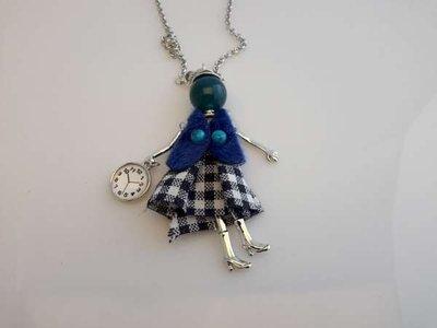 Schakelketting, metaal, hanger: poppetje, jurkje wit-donkerblauw, vestje blauw