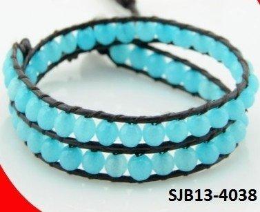 Wrap armband, zwart leer, melkblauwe Agaat edelstenen kralen