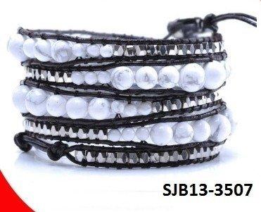 Wrap armband, zwart leer, ronde Korea witte Howliet turquoise edelstenen kralen.