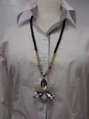 Kralenketting, 75 cm, zwart en zilverkl. kralen en beige edelsteenkralen, bloemhanger