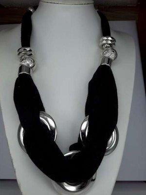 sjaalketting, zwart, 4 smalle ringen, 2 brede ringen, 3 grote ringen