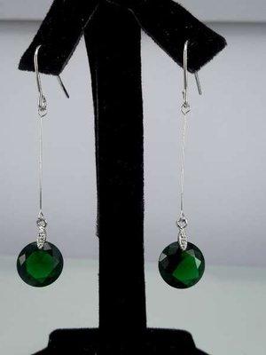 Oorbel, oorhanger, zilverkleur, ronde kristalsteen,kleur groen.