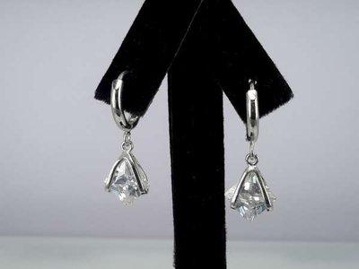 Oorbel, oorhanger, zilverkleur, zilverkleurige hanger met kleine vierkante kristalsteen