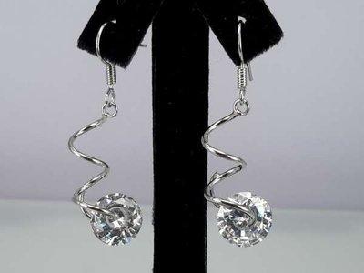 Oorbel, oorhanger, zilverkleur, spiraal met ronde kristalsteen, kristal of zwart