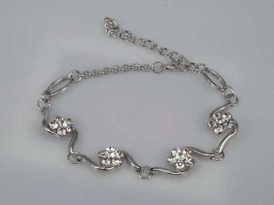 Armband, zilverkleur met 4 bloemknopjes