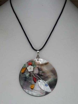 Ketting, zwart lederlook, hanger: abalone schelp, edelsteentjes