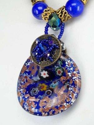 Bruine leren ketting: kralen en muranohanger: blauw/zilver Millefiori, goudkleurige schilfers