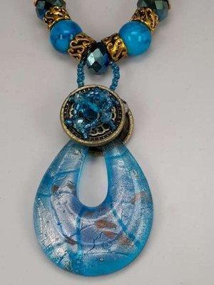 Bruine leren ketting: kralen en muranohanger: druppelvorm in zilver, lila & blauw