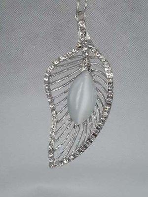 Hanger: blad, zilverkleur en parelmoer glassteen