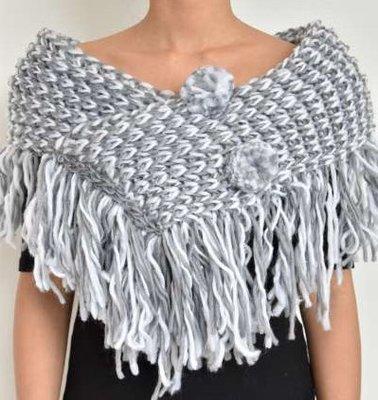 Wollen schouder sjaal, gebreid, gemeleerde kleur, franje, 2 wol knotten