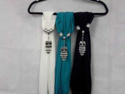 Sjaal + Uil met zwart ogen hanger, kleur: zwart,waterblauw,gebroken wit.