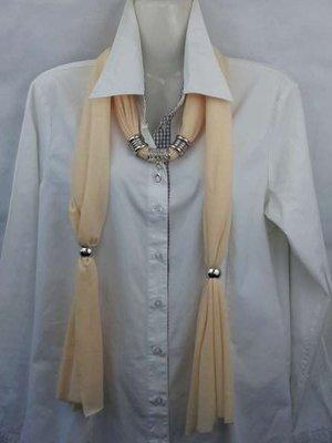 Sjaal met mix koppelstuk en ringen kleur: pastel beige.