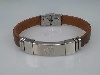 Leren armband bruin, plaat met krul in houder, edelstaalsluiting