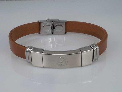 Leren armband lichtbruin, plaat met krul in houder, edelstaalsluiting