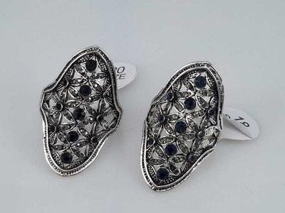 Zilverkleurig antiek look ovaal ring. met bloem motief 1 doos bevat 2 kleur ring van50 stuks.