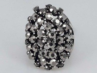Zilverkleurig ring met facet geslepen kristal in kleur antraciet.