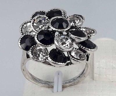 Zilverkleurig rozet ring met wit en zwart kristal.