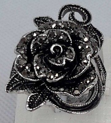 Antiek zwart kleur ring in vorm als roos met takjes met veel klein kristal.