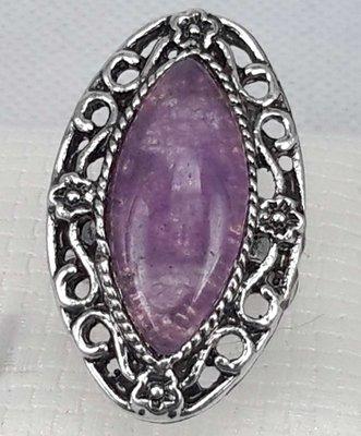 Zilverkleurig ovaal verstelbaar Amethist steen ring met bewerkt rand.